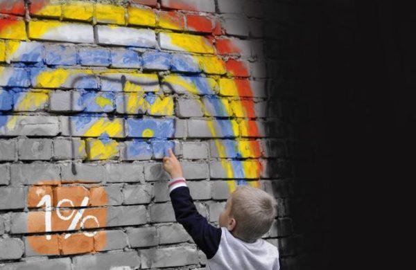 dziecko rysuje tęczę
